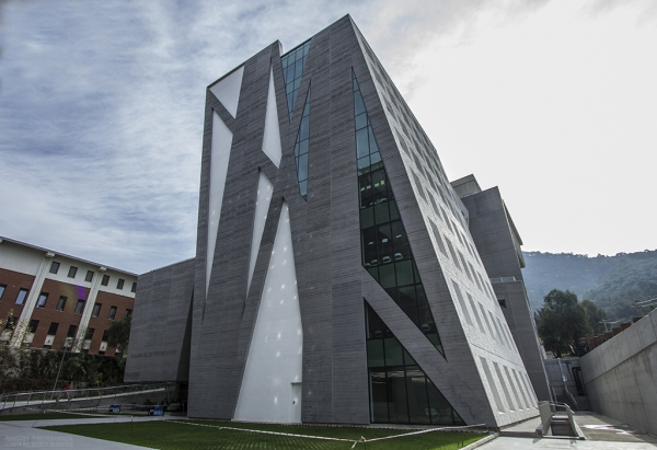 IZMIR UNIVERSITY OF ECONOMICS' SMART BUILDING SHOWERED WITH AWARDS
