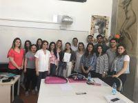 """İç Mekan Tasarımı Programı, İzmir Ekonomi Üniversitesi Meslek Yüksekokulu bünyesinde sürdürülmekte olan """"Çıraklar Ustalara Soruyor"""" etkinliği kapsamında İçmimar Duygu Yılmaz'ı ağırladı."""