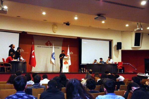 İzmir Ekonomili gençlerden münazara turnuvası
