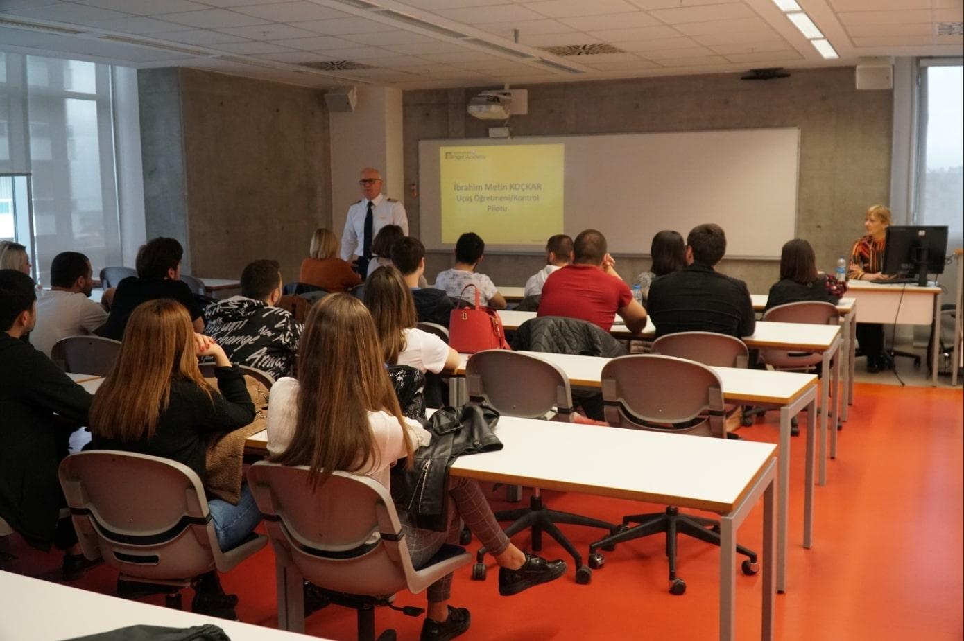 Turkish Flight Academy Eğitmeni Sivil Havacılık Öğrencileri ile Buluştu