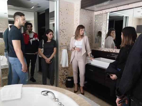 Turizm Öğrencileri Kat Hizmetleri Dersini Swissotel İzmir'de Yaptı