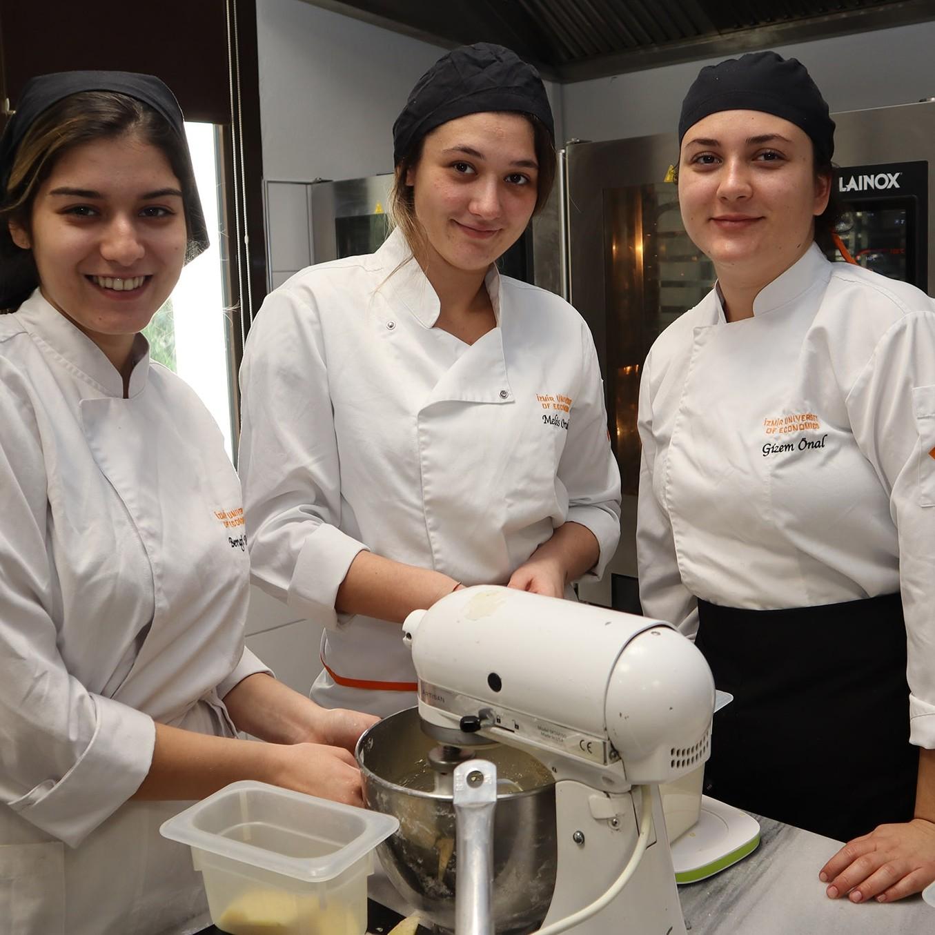 İzmir Ekonomili şefler, kurabiyeleriyle hasta çocuklara umut oldu