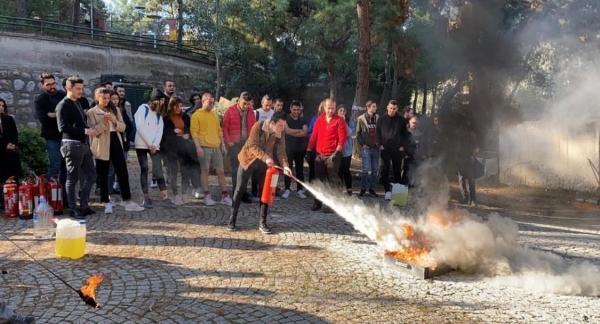 Sivil Havacılık Kabin Hizmetleri Öğrencilerimiz Yangın Söndürme Cihazlarının kullanımı ve Yangın Söndürme Eğitiminde..