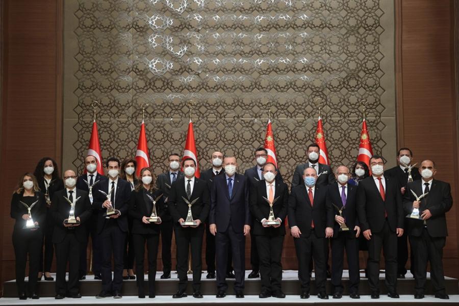 İEÜ'lü enerji profesörü, ödülünü Cumhurbaşkanı Erdoğan'ın elinden aldı
